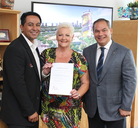The Reveal prize draw winneDestry Puia, General Manager of The Arts Centre Gold Coast, (left) and City of Gold Coast Mayor Tom Tate present The Reveal prize draw winner with her prize.